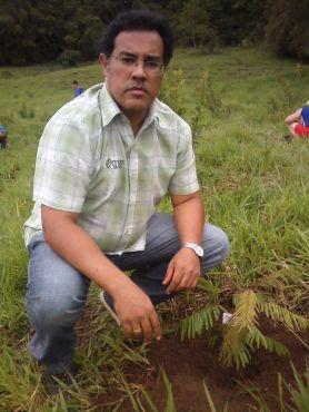 Plantio de arvores durante restauração de nascentes (programa pro-nascentes) Patos de Minas
